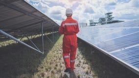 Verrichting en onderhoud in zonneelektrische centrale; techniekthee stock afbeelding
