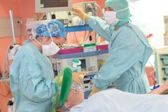 Verrichting lopend in het ziekenhuistheater stock fotografie