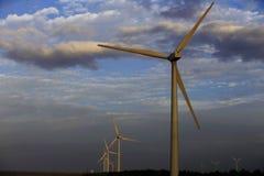Verrichting van windturbines op de achtergrond van wolken Royalty-vrije Stock Afbeeldingen
