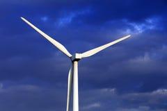 Verrichting van windturbines op de achtergrond van wolken Stock Afbeelding