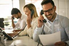 Verrichtingencentrum die op Landline telefoon spreken exploitant Royalty-vrije Stock Afbeeldingen