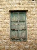 Verriegeltes grünes Fenster Stockfotos
