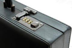 Verriegelung des schwarzen Koffers Stockbilder