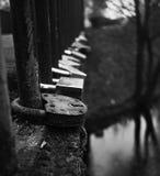Verriegelungen auf Brücken-Geländer Stockfotos