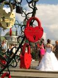 Verriegelungen der Liebe mit Braut Stockfotografie