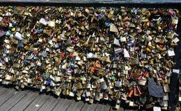 Verriegelungen der Liebe Viele Verschlüsse auf der Brücke Stockbilder