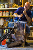 Verrier dans l'action dans le Murano 1 glassfactory photos libres de droits