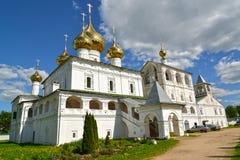 Verrijzeniskathedraal en klokketoren op het grondgebied van Voskresensky-klooster, de 17de eeuw Uglich, Yaroslavl-gebied stock fotografie