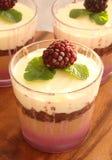 Verrine用巧克力、乳脂状的奶油甜点、莓果confit和杏仁b 免版税库存照片