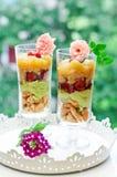 Verrines do abacate, do quinoa e das cerejas foto de stock