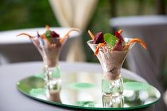 Verrines zakąska z wątrobowym łbem, burak, ziele, kapary w szkłach słuzyć przy restauracją obraz stock