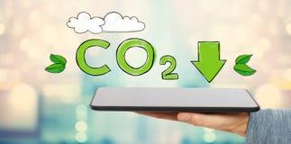 Verringern Sie CO2 mit dem Mann, der eine Tablette hält Lizenzfreies Stockfoto
