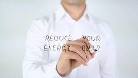 Verringern Sie Ihre Energierechnung, Mann-Schreiben auf Glas Stockbilder