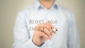 Verringern Sie Ihre Energierechnung, Mannschreiben auf transparentem Schirm Stockfotografie