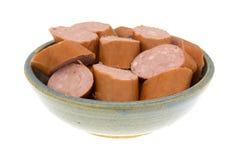 Verringerte Kalorie kielbasa Wurstscheiben in einer Schüssel lizenzfreie stockfotografie