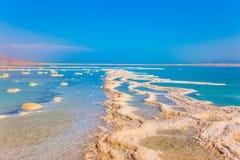 Verringertes Wasser im Toten Meer stockfoto