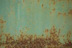 Verrosten Sie auf dem Hintergrund einer alten grünen Farbe Stockfotos