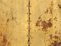 Verrosten Sie auf zwei alten Blättern Metallbeschaffenheit angeschlossen durch Bolzen Lizenzfreie Stockbilder