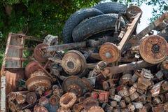 Verrostete alte Autoteile und -reifen stockfotografie