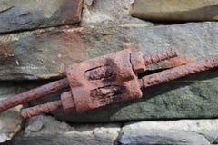 Verrostete Bolzen und Stahl-oustside verwendet, um Wand zu verstärken Stockfotos