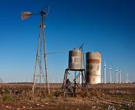 Verrostete gebrochene alte Windmühle Stockbilder