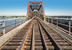 Verrostete Stahlzugbrücke Stockfotografie