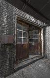 Verrostete Türen und Ziegelsteine einer verlassenen Fabrik Lizenzfreie Stockfotografie