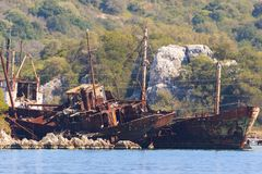 Verrostete Wracke von Schiffen im Wasser auf Ufer Stockfotografie