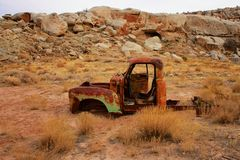 Verrosteter LKW in Utah-Wüste stockfotos