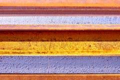 Verrosteter Metallhintergrund mit unregelmäßigen Streifen stockbilder