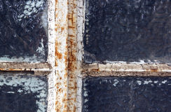 Verrosteter vernachlässigter Fenster-Rahmen mit abblätterndem Kitt Stockfotos