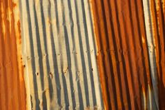 Verrostetes gewölbtes Metallabstellgleis Stockfoto
