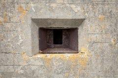 Verrostetes Schlupfloch in der alten Bunkerwand Stockfoto
