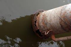 Verrostetes Wasserpumpenrohr im Wasser lizenzfreie stockfotos