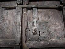 Verrou antique dans la porte en bois médiévale photographie stock libre de droits
