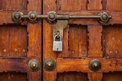 Verrou avec le cadenas sur la porte photographie stock libre de droits