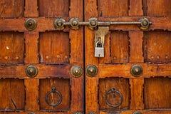 Verrou avec le cadenas sur la porte image libre de droits