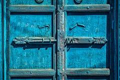 Verrou avec le cadenas sur la porte dans l'Inde photos libres de droits