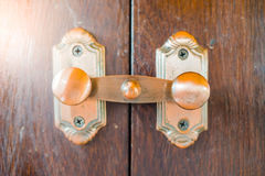 Verrou de porte fermez à clef le vieux bois de porte dans le brun photos stock