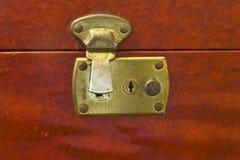 Verrou en laiton débloqué sur le bagage de vintage Images libres de droits
