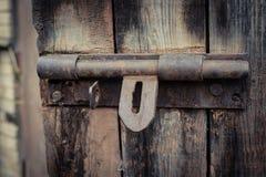 Verrou en métal sur la porte en bois Photographie stock