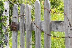 Verrou sur une porte en bois Photo stock