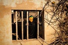 Verrouillé dans le monstre effrayant de Halloween Photographie stock libre de droits