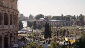 Verrouillé en bas du tir en temps réel de casserole de Colosseo à Rome Le Colosseum également connu sous le nom de Flavian Amphit clips vidéos