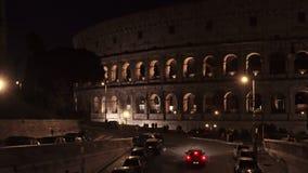 Verrouillé en bas du tir en temps réel du trafic de nuit tout près le Colosseo à Rome Le Colosseum ?galement connu sous le nom de banque de vidéos