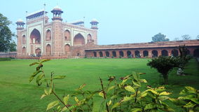 Verrouillé-sur le tir de la grande porte (rauza de Darwaza-i) l'entrée principale à Taj Mahal, Âgrâ, uttar pradesh, Inde banque de vidéos