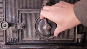 Verrouillage et puis ouverture d'un coffre-fort - fermez-vous sur le cadran clips vidéos