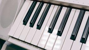 Verrouille l'instrument de musique électronique de synthétiseur avec des clés Instrument de musique professionnel Texture de film Images libres de droits