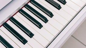 Verrouille l'instrument de musique électronique de synthétiseur avec des clés Instrument de musique professionnel Texture de film Photos stock