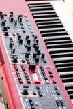 Verrouille le synthétiseur électronique mixeur son audio avec des boutons et Photos stock